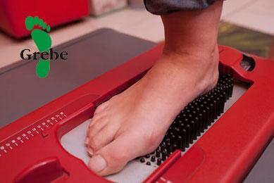 Sorgfältige Vermessung der Füße um gute Eigenschaften der orthopädischen Schuhe später zu gewährleisten.  Orthopädie Schuhmacher Uwe Grebe.