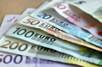 Fotoabbildung Eurobanknoten 1x500,1x200,1x50,1x20,1x10 und 1x5 Euronoten.Bilduntertitel:Mindestlohn betrifft auch Minijobs Arbeit und Steuern
