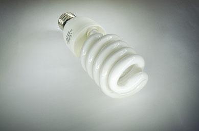 Fotoabbildung einer Stromsparlampe mit dem Untertitel:Energiesparlampen sind besser als Glühbirnen Umwelt-Lüge Lampe, Licht, Energiesparlampe, Strom,Quecksilber,