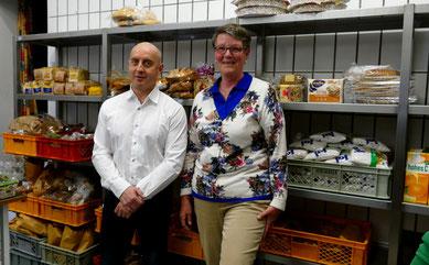 Beide äußerst zufrieden: SCA-Geschäftsführer Dietmar Haschke und Tafel-Vorsitzende Monika Hemann vor dem neuen Edelstahlregal