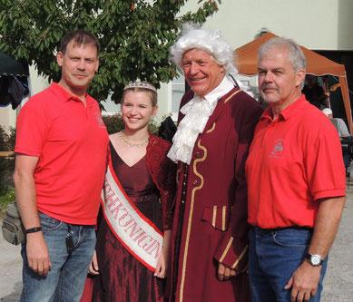 Gern zeigten sich die Kirschkönigin und der Markgraf, ups, da haben sich ja noch zwei vom Bürgerverein mit aufs Bild geschummelt.....