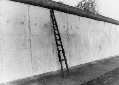 Mit seiner Fensterputzerleiter übersteigt ein 31-jähriger Gebäudereiniger die Hinterlandmauer, den Grenzsignalzaun und die Grenzmauer, 19. April 1988 (Foto: BStU, MfS, HA I Nr. 14439)