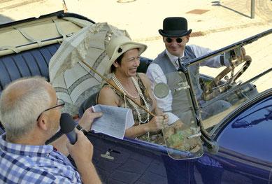 Ein toll passendes Outfit boten diese Beiden in ihrem riesigen Automobil