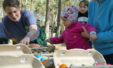 Auch Rieke nahm die gefundenen Eier von den Kindern an und zählte ob auch alle gefunden wurden.