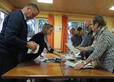 Die Wahlhelfer bei der Auszählung der Stimmen für die Orte Siestedt, Ribbensdorf und Klinze