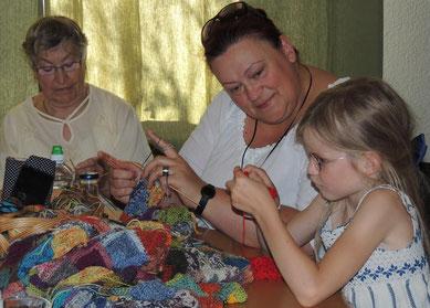 Anne gibt gern Anleitungen, hilft wo es gebraucht wird und freut sich über die Freude die durch das Handarbeiten in dieser Gruppe entsteht