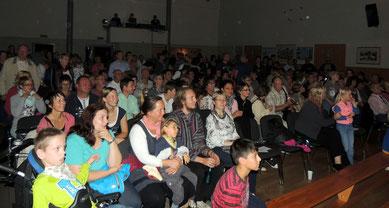 Voller Spannung verfolgt das Publikum die Geschichte vom Tanztheater.