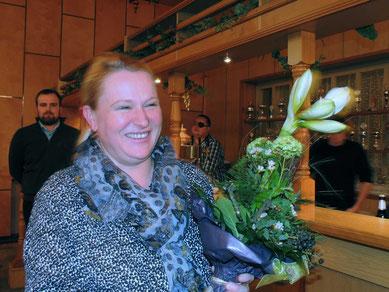 Susanne Klose bekam  einen Blumenstrauß für ihr Engagement. Zusammen mit vielen Helfern, unter anderem Corinna Schlechter und Sandra Bernsdorf, bereitet Sie viele Veranstaltungen vor.