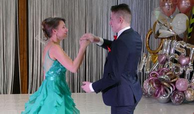 In schicker Garderobe für den festlichen Anlass tanzten die Akteure über die Bühne.