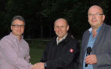 Uwe Peist und Henry Helmuth bedankten sich recht herzlich bei Dietmar Steffens (Bildmitte) vom Autohaus Heinicke aus Weferlingen. Seit sehr langer Zeit ist dieser Sponsor mit im Boot.