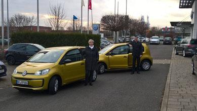 Mit Freude werden die neuen Fahrzeuge für den Häuslichen Pflegedienst von Ines Burda und Holger Boese entgegen genommen.