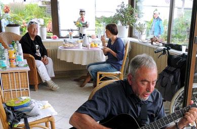 ...Und als es draußen nass wurde, konnte man sich in den Wintergarten verziehen....und Knut Stern sorgte für die musikalische Umrahmung...