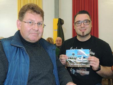 Der stolze Gewinner neben Herrn Deike.