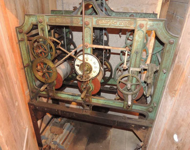In einem Holzverschlag versteckt sich dieses Wunderwerk der Technik. Es treibt die Zeiger der Kirchturmuhr in Ribbensdorf verlässlich an.