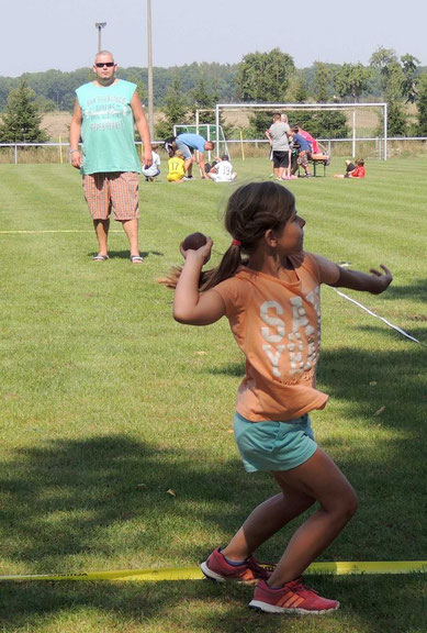 Konzentriert ging auch diese Fußballerin an den Start zum Schlagballweitwurf.