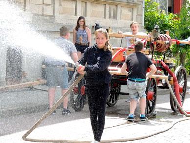 An der Feuerwehrspritze gab es nicht nur viel Spaß, eine Abkühlung war auch möglich.