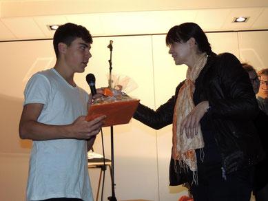 Für die Klasse - Leistung bekam Aron, Moderator des Abends, auch eine kleine Aufmerksamkeit vom Veranstalter überreicht