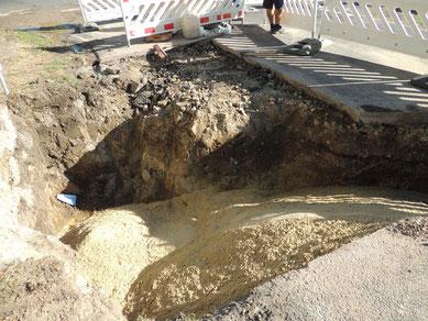 Das Loch muss noch verfüllt und der Straßenbelag wieder hergestellt werden,  bis dahin gibt es eine kleine Umleitungsstrecke.
