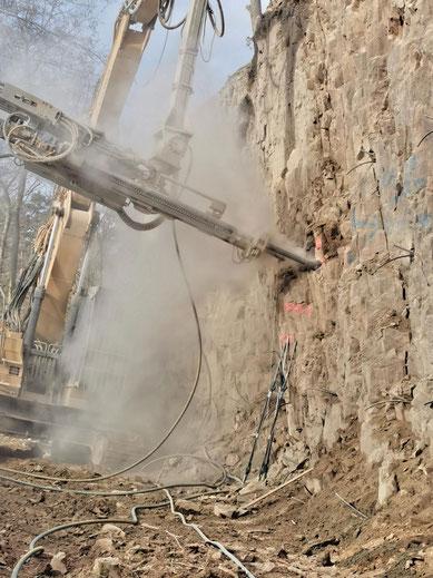 Mit schwerer Technik wird dem Steinbruch in Süplingen zu Leibe gerückt.