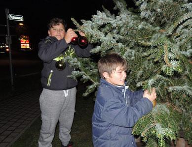 """Freude strahlend wurde der Baum von einigen Kindern """"Vorgeschmückt"""". Jeder der mag, kann hier etwas anhängen."""
