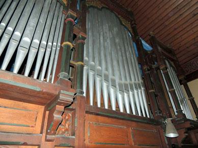 Leider ist diese Orgel schon lange verstummt. Wer weiß, vielleicht wird sie eines Tages wieder aus ihrem Dornröschenschlaf erweckt?