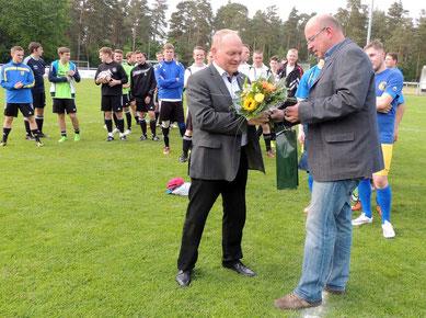 Der Vereinsvorsitzende Henry Helmuth dankte dem Stifter des Pokals, Herrn Landrat Hans Walker.
