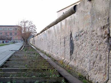Reste der Berliner Mauer an der Niederkirchnerstraße, 2004 de.wikipedia.org
