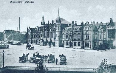 Hilderheimer Bahnhof historisch schwarz weiß mit Straßenbahn und Pferdekutschen