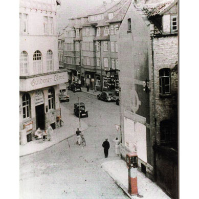 Ansicht Kreuzung Königstraße, Bergsteinweg, Dingworthstraße in den 1930er Jahren schwarz weiß mit dem Gasthof Güldener Löwe und historischen Gebäuden und Fahrzeugen