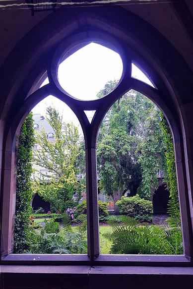 Stilleoasen im Alltag schaffen. Klostergang im Dom zu Essen.