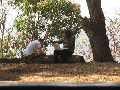 David und Jules beim Organisieren der Auslösung der Pumpen aus dem Zoll und dem Transport
