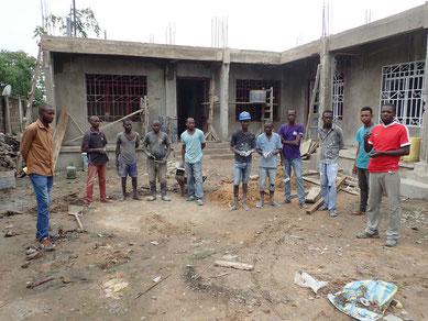 Neues CEK-Zentrum mit den Bauarbeitern