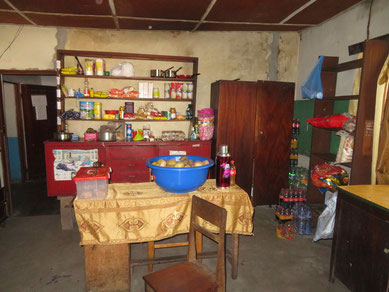 Blick in die Küche mit den Vorräten