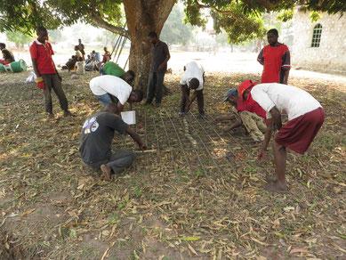Arbeiter beim Herstellen eines Armierungsnetzes