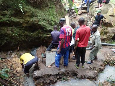 Arbeiter beim Fassen der unteren Quelle