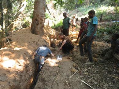 Grabarbeiten für die Triebleitung durch schwieriges Gelände