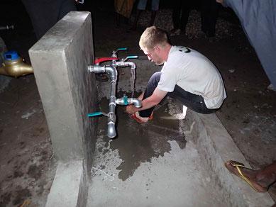 Erste Fusswaschung unter laufendem Wasser im Dorf