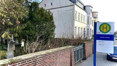 Die umbenannte Bushaltestelle am früheren Eingang des jüdischen Friedhofs an der Binsfelder Straße. Foto: M. Korfhage.