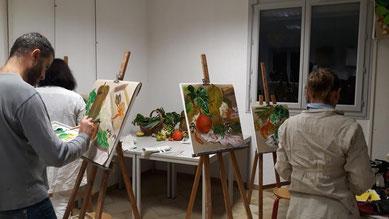 Des artistes en plein travail d'esquisse