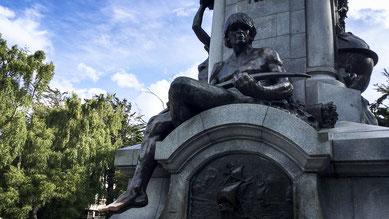 Plaza de Armas - Platz der Waffen - Denkmal für die Indianer
