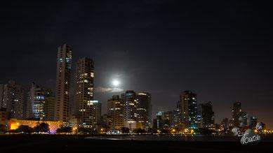 Cartagena - nächtliche Skyline vom Strandplatz aus