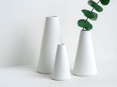 konische Vase mit Goldpunkt