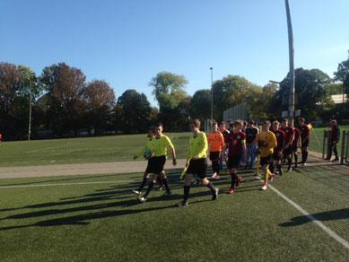 Kurz vor 13:00 - Schiedsrichter Lennart Wolff führt die Teams auf das Spielfeld