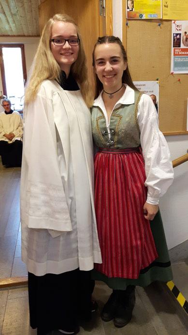 Bereit für den Fernsehgottesdienst: Maria Korten als Messdienerin und Lioba Dietz in einer schwedischen Tracht