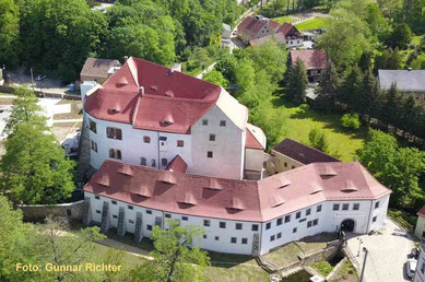Schloss Klippenstein am Eingang des Hüttertales, im Hintergrund die Schloss, links die Mauer des Gefängnishofes an der Nord-Giebelwand der Vorburg.