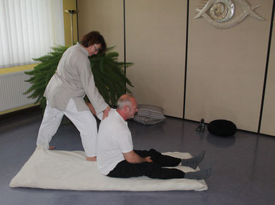 Avant ou après un effort, ce shiatsu se base sur de nombreux étirements et élongations le long de vos méridiens favorisant l'ouverture de votre corps par la libération des tensions musculaires et articulaires.