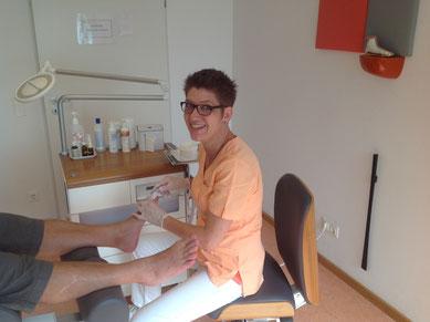 Podologin Claudia Einhell-Bernetz bei der Anfertigung eines Nagel-Abdrucks für eine Ross-Fraser-Nagelkorrekturspange.