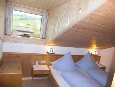 Wertach-Ferienwohnungen.de  Blick ins Schlafzimmer Ferienwohnung Schwalbennest
