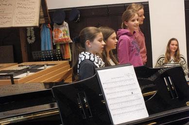 Schülerinnen bei einem Vorführnachmittag der Basilikamusikschule