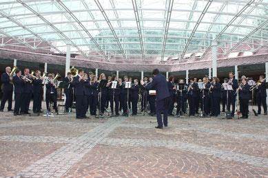 Das Blasorchester beim Platzkonzert (klicken zum Vergrößern)
